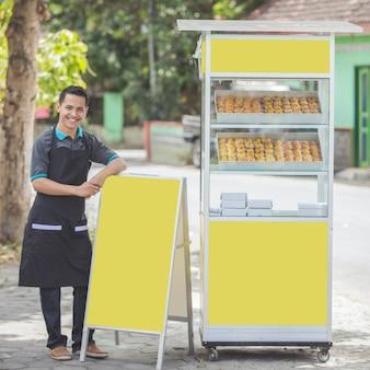 Homem com barraca de comida para pequenas empresas