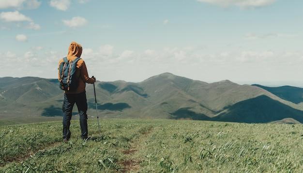 Homem com bastões de trekking
