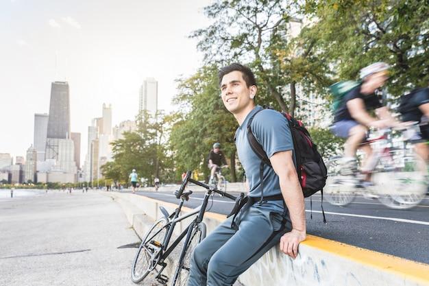 Homem, com, bicicleta, relaxante, ciclo seguinte, pista, em, chicago