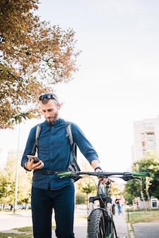 Homem, com, bicicleta