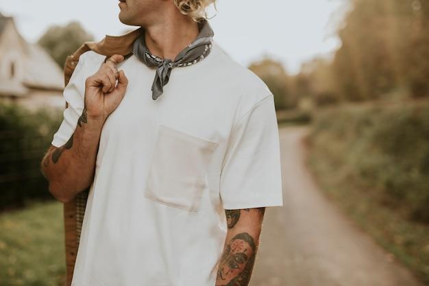 Homem com bigode e camiseta branca com espaço de design
