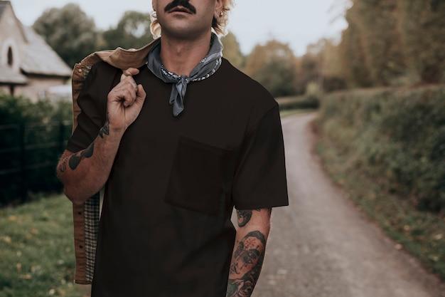 Homem com bigode e camiseta preta com espaço de design