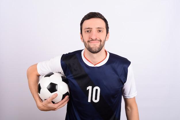 Homem com bola de futebol.