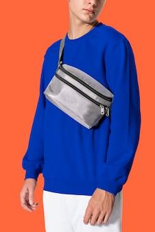 Homem com bolsa de cinto cinza