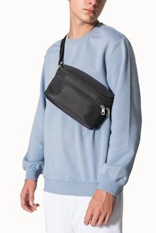 Homem com bolsa de faixa preta