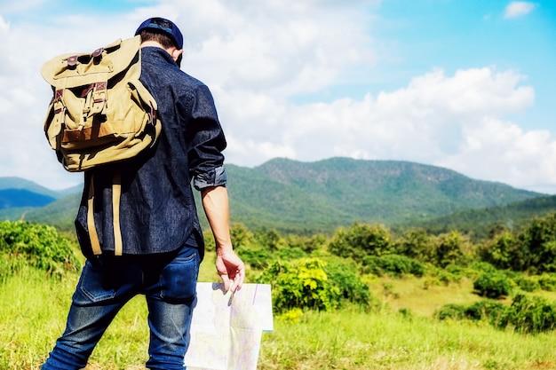 Homem com bolsa no campo