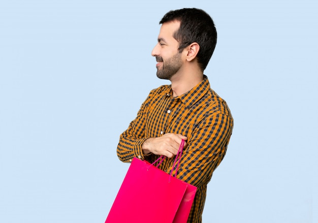 Homem, com, bolsas para compras, em, posição lateral