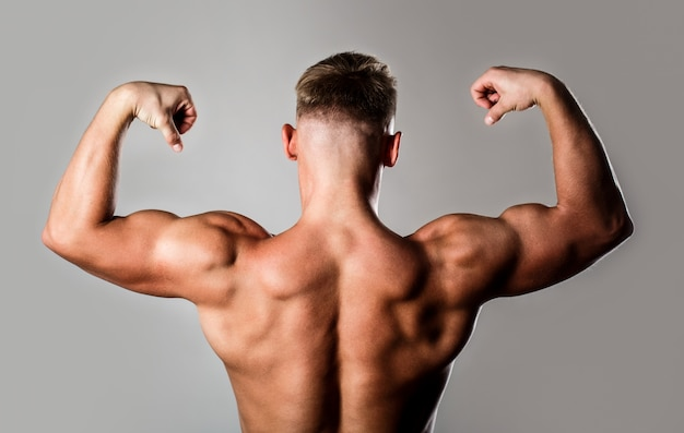 Homem com braços musculosos, tríceps. cintura, cintura. cara com lindo torso.