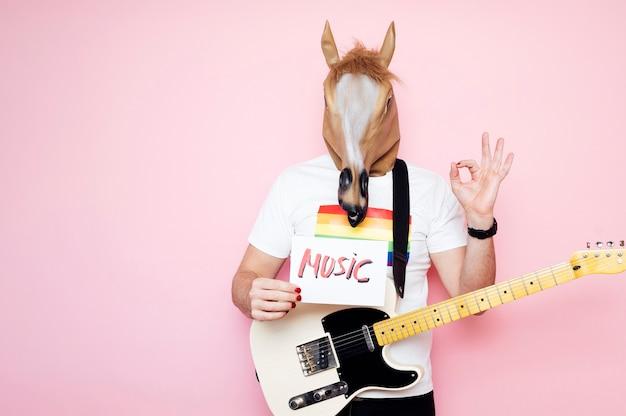 Homem com cabeça de cavalo e dedos com o símbolo ok