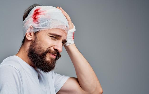 Homem com cabeça enfaixada e concussão sanguínea medicina espacial cinza