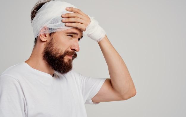 Homem com cabeça enfaixada, problemas de saúde, medicina hospital
