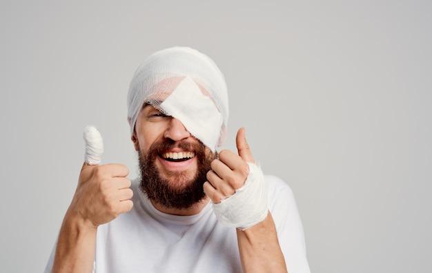 Homem com cabeça enfaixada problemas de saúde pronto-socorro