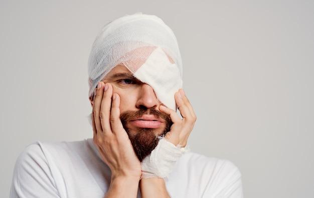 Homem com cabeça enfaixada problemas de saúde trauma descontentamento hospitalização