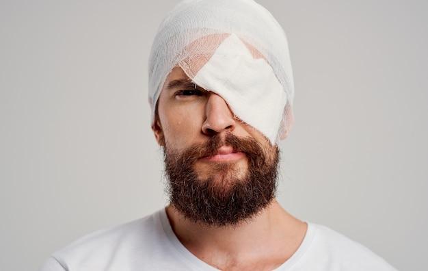 Homem com cabeça enfaixada problemas de saúde trauma hospitalização em pronto-socorro