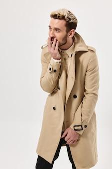 Homem com cabelo cheio no casaco estilo outono estúdio isolado fundo