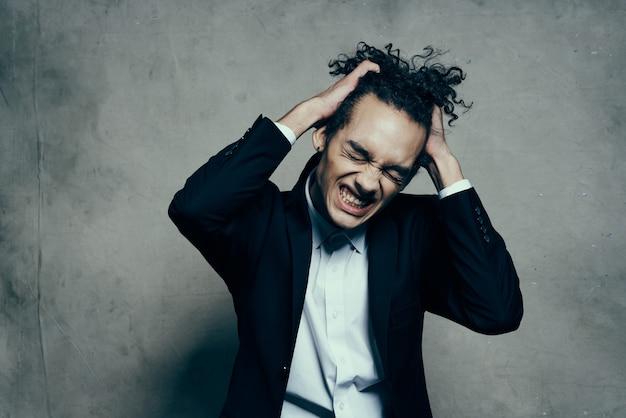Homem com cabelo encaracolado blazers moda estilo moderno de negócios