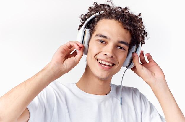 Homem com cabelo encaracolado e com fones de ouvido