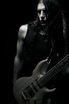Homem, com, cabelo longo, jogando violão elétrico