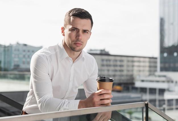 Homem com café plano médio