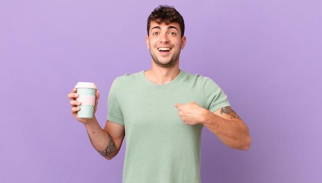 Homem com café se sentindo feliz, surpreso e orgulhoso, apontando para si mesmo com um olhar animado e surpreso