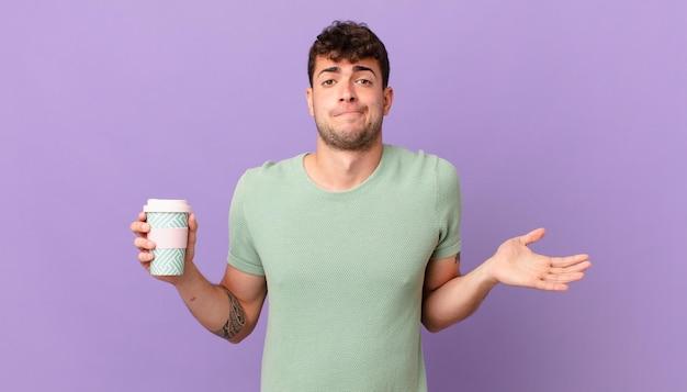 Homem com café se sentindo perplexo e confuso, duvidando, ponderando ou escolhendo opções diferentes com expressão engraçada
