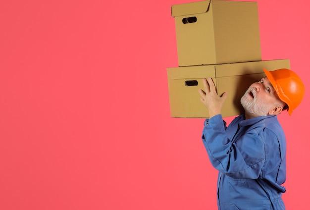 Homem com caixas de papelão. transporte de entrega rápido e gratuito. compras online. entrega expressa. envio. copie o espaço.