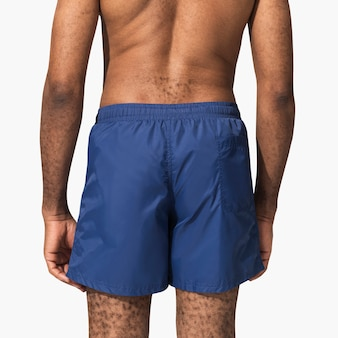 Homem com calção de banho azul, vista traseira