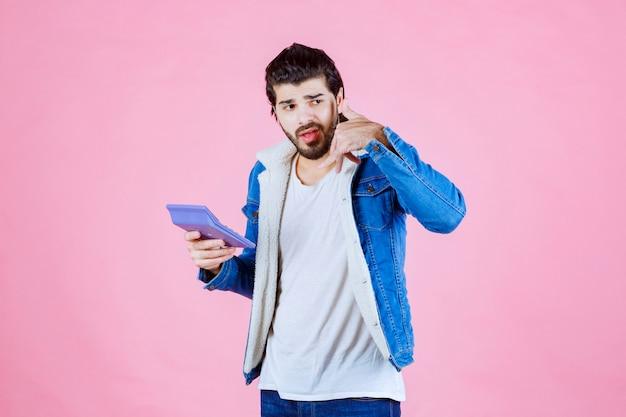 Homem com calculadora pedindo para ligar