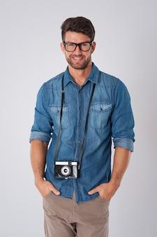 Homem com câmera segurando seu pescoço