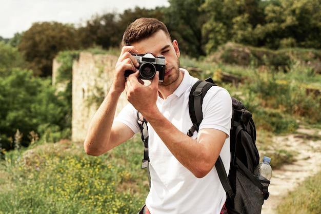 Homem com câmera tirando fotos