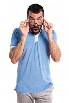 Homem com camisa azul fazendo gesto surpreso