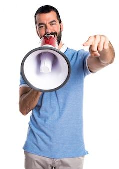 Homem com camisa azul gritando por megafone