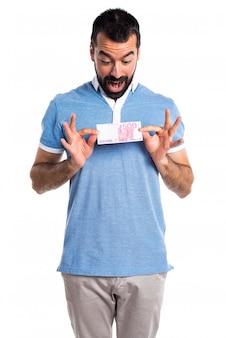 Homem com camisa azul pegando muito dinheiro