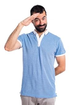 Homem com camisa azul saudando