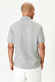 Homem com camisa de colarinho cinza, vista traseira