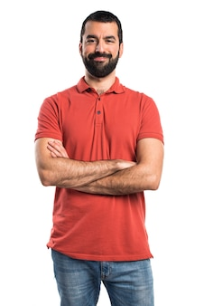 Homem com camisa polo vermelha com os braços cruzados