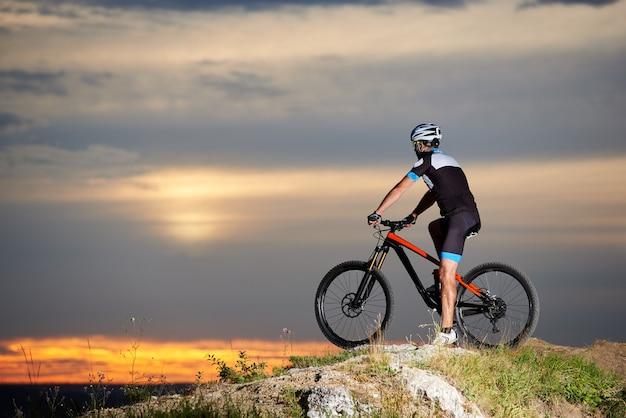 Homem com capacete andando de bicicleta