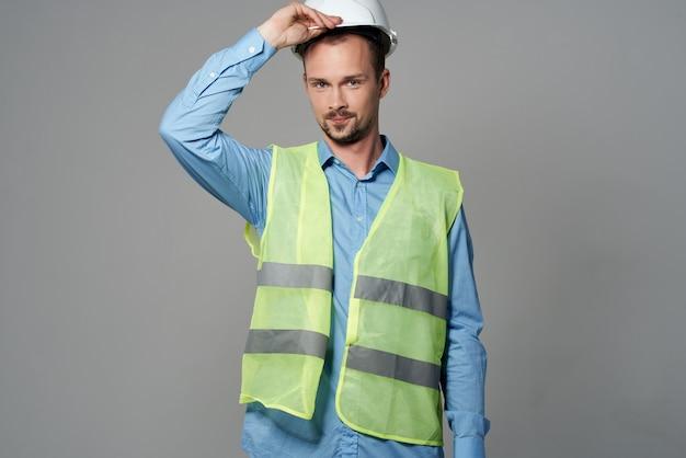Homem com capacete branco proteção, trabalhando fundo isolado