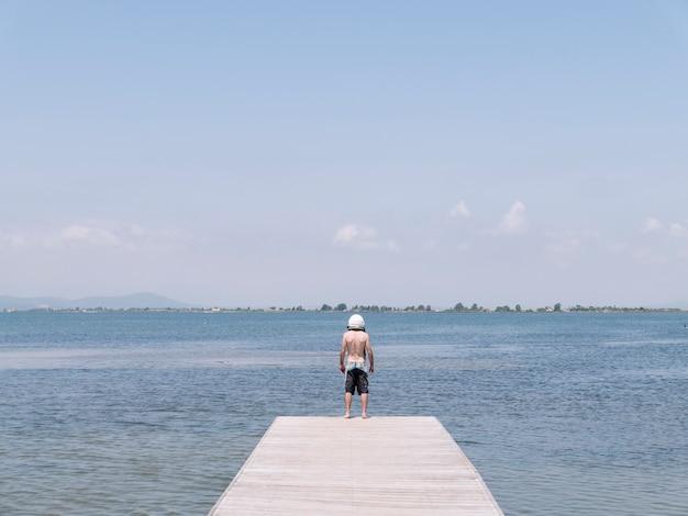 Homem com capacete de astronauta na praia