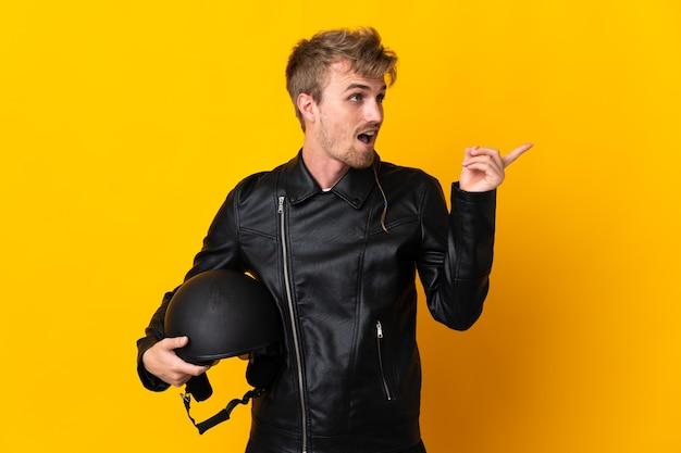 Homem com capacete de motociclista isolado com a intenção de perceber a solução enquanto levanta um dedo