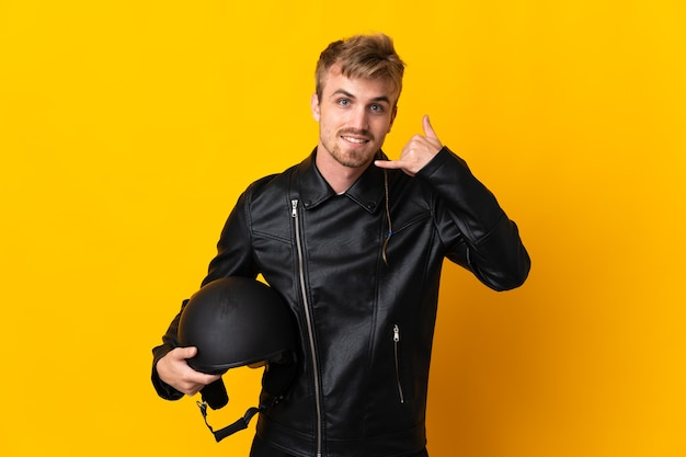 Homem com capacete de motociclista isolado fazendo gesto de telefone