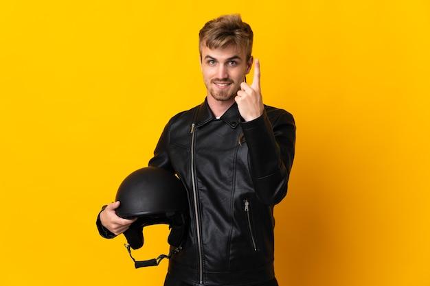 Homem com capacete de motociclista isolado fazendo gesto próximo