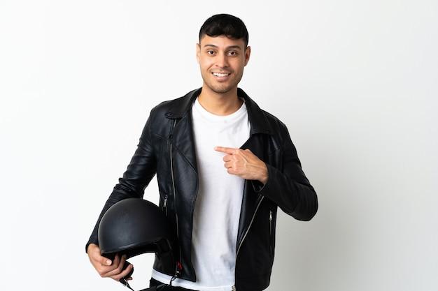 Homem com capacete de motociclista isolado no branco com expressão facial surpresa
