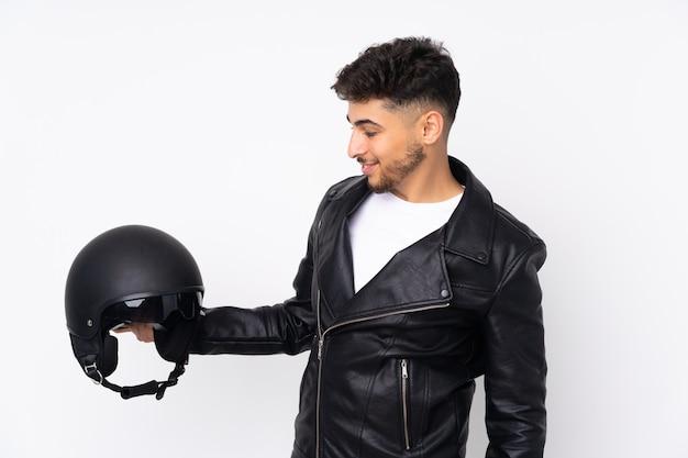 Homem com capacete de motociclista isolado no branco com expressão feliz