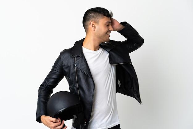 Homem com capacete de motociclista isolado no branco sorrindo muito