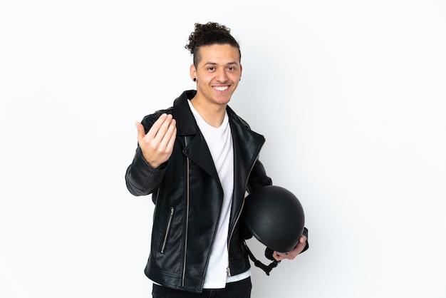 Homem com capacete de motociclista sobre branco isolado convidando para vir