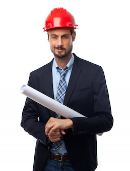 Homem com capacete vermelho e terno e planos