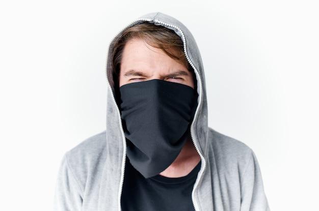Homem com capuz na cabeça crime de roubo de anonimato