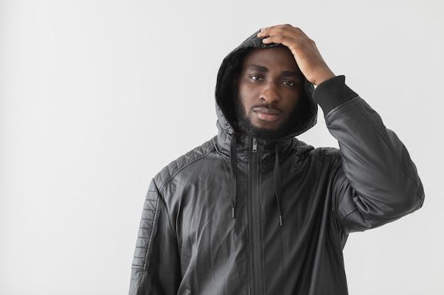 Homem com capuz, vista frontal