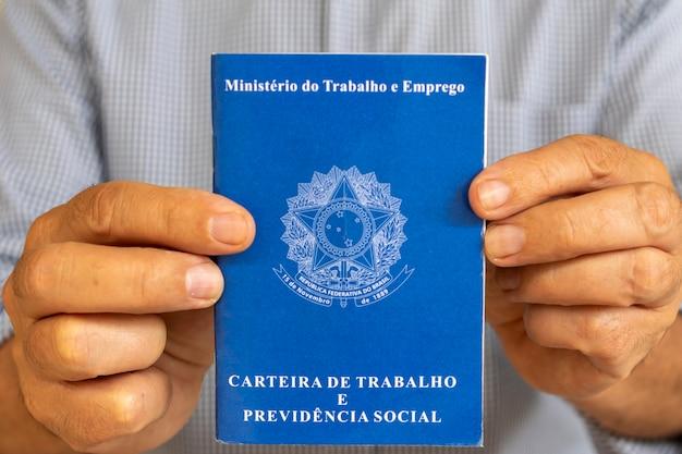Homem com carteira de trabalho brasileira. conceito de emprego e aumento salarial.